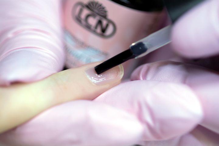 Schritt 2 der LCN Natural Nail Boost Anwendung